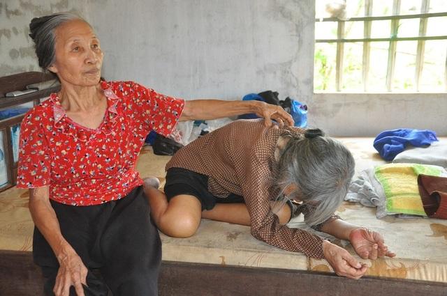 Nỗi cơ cực không thể tưởng tượng của hai cụ bà tuổi 80 bơ vơ, lay lắt bên nghĩa địa! - 1