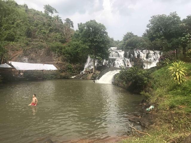 Ba học sinh gặp nạn khi tắm thác, một học sinh tử vong - 1
