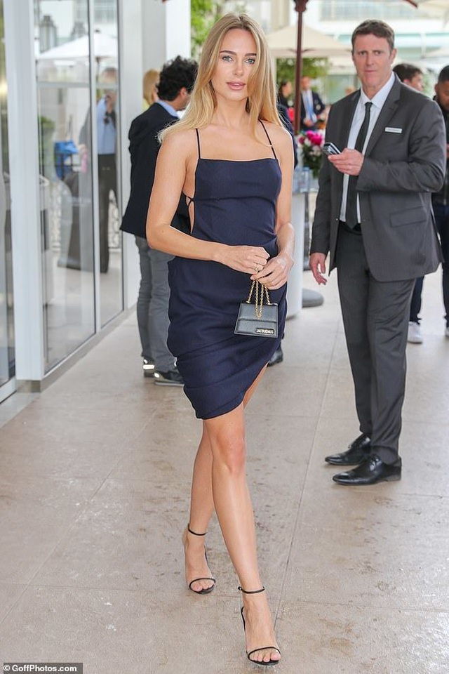 Kimberley Garner sexy với váy xẻ bạo - 1