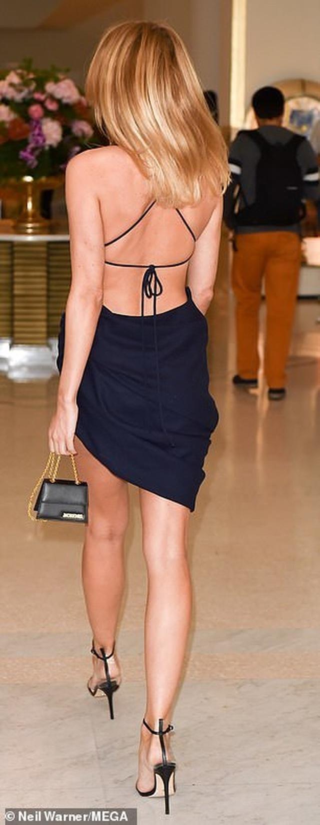 Kimberley Garner sexy với váy xẻ bạo - 4