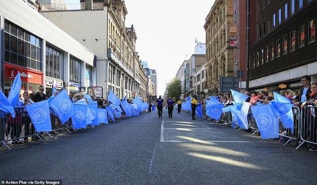 Man City mang các cúp diễu hành quanh thành phố Manchester - 2