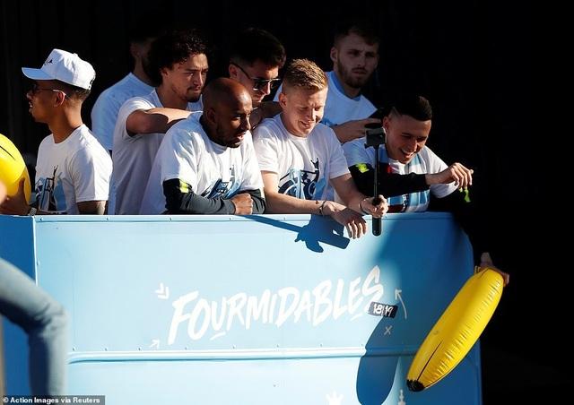 Man City mang các cúp diễu hành quanh thành phố Manchester - 6