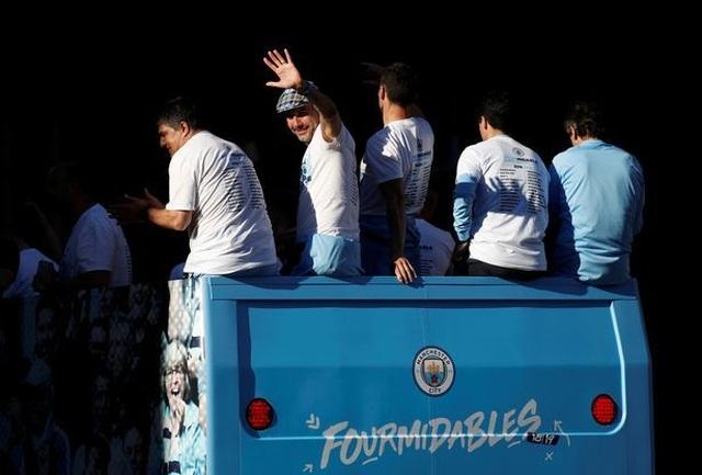 Man City mang các cúp diễu hành quanh thành phố Manchester - 7