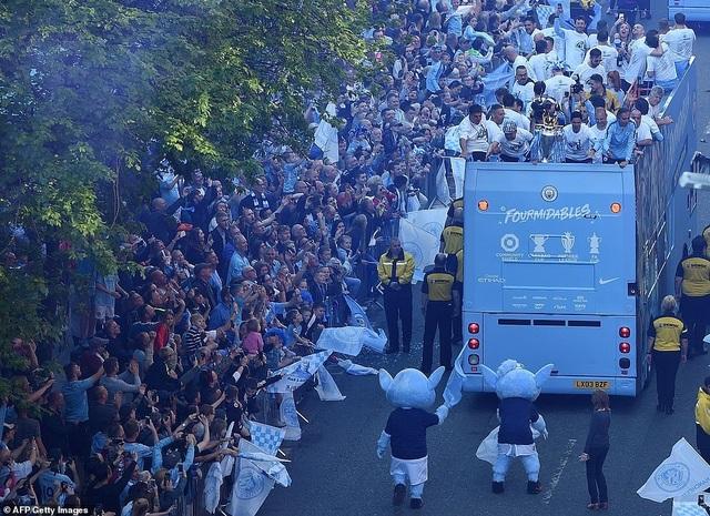Man City mang các cúp diễu hành quanh thành phố Manchester - 9