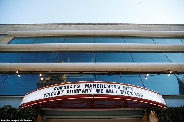 Man City mang các cúp diễu hành quanh thành phố Manchester - 12
