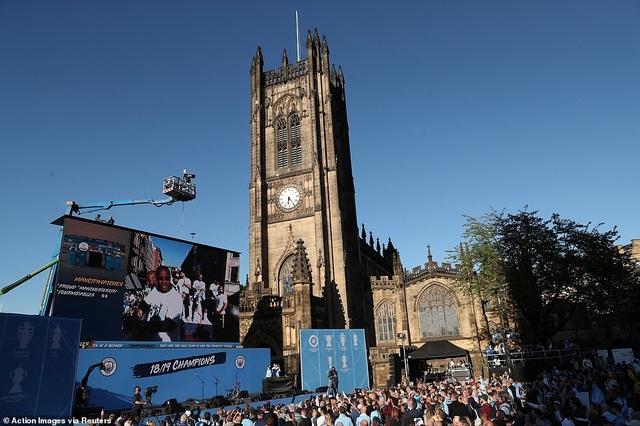 Man City mang các cúp diễu hành quanh thành phố Manchester - 13