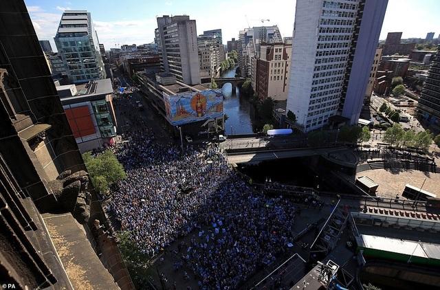 Man City mang các cúp diễu hành quanh thành phố Manchester - 14