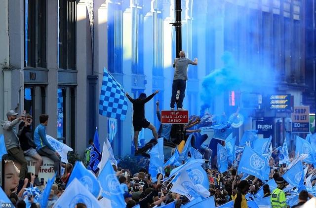 Man City mang các cúp diễu hành quanh thành phố Manchester - 16