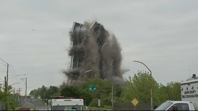 Khoảnh khắc tòa nhà 21 tầng của Mỹ nổ tung, sập thành tro bụi trong nháy mắt - 1