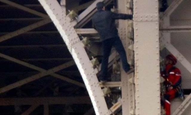 Tháp Eiffel đóng cửa vì một đối tượng cố tình trèo lên - 1