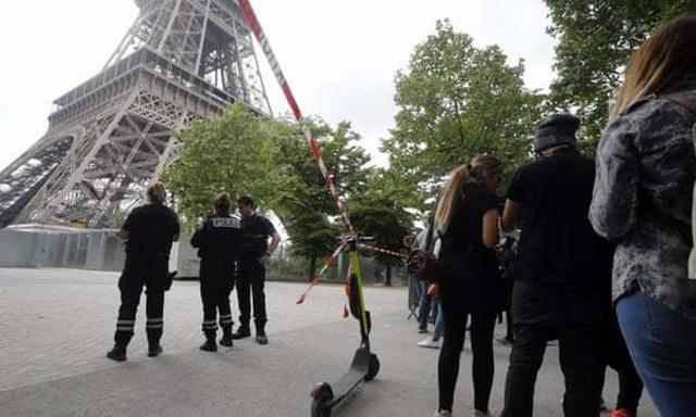 Tháp Eiffel đóng cửa vì một đối tượng cố tình trèo lên - 2