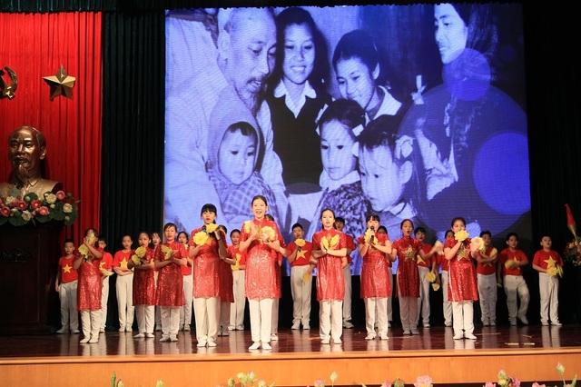 Hà Nội: Tuyên dương 89 giáo viên và 129 học sinh tiêu biểu quận Hoàn Kiếm - 1