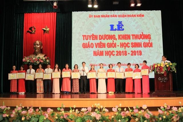 Hà Nội: Tuyên dương 89 giáo viên và 129 học sinh tiêu biểu quận Hoàn Kiếm - 2