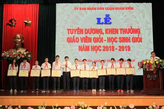 Hà Nội: Tuyên dương 89 giáo viên và 129 học sinh tiêu biểu quận Hoàn Kiếm - 3