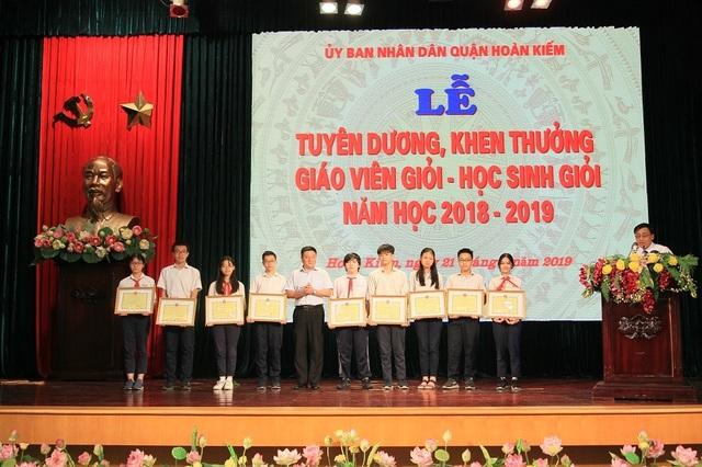 Hà Nội: Tuyên dương 89 giáo viên và 129 học sinh tiêu biểu quận Hoàn Kiếm - 4