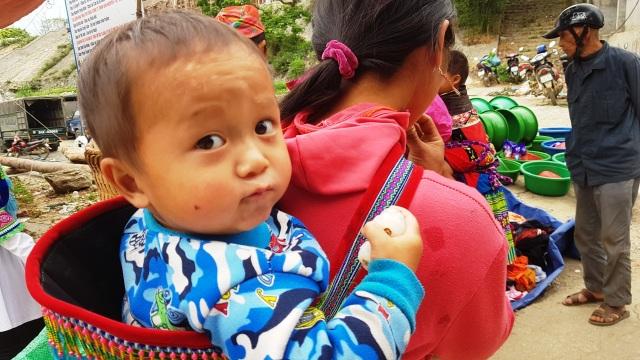 Những em bé đi chợ trên… lưng mẹ ở Bắc Hà! - 4