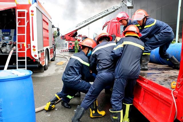 Hiện trường rực lửa vụ cháy kinh hoàng trong KCN Việt Hương - 8