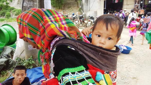 Những em bé đi chợ trên… lưng mẹ ở Bắc Hà! - 5