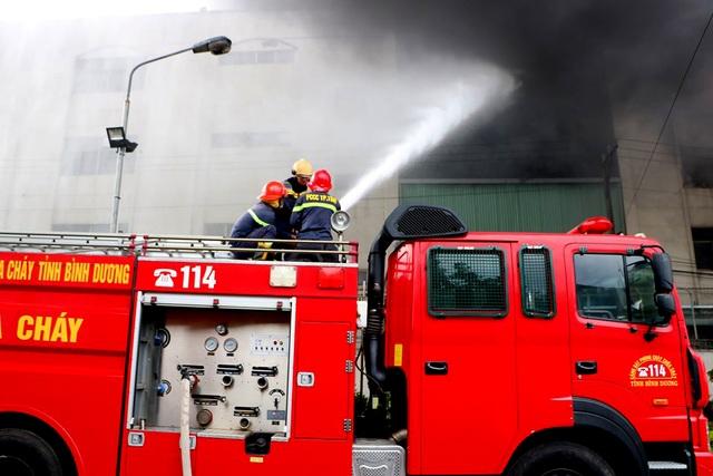 Hiện trường rực lửa vụ cháy kinh hoàng trong KCN Việt Hương - 7