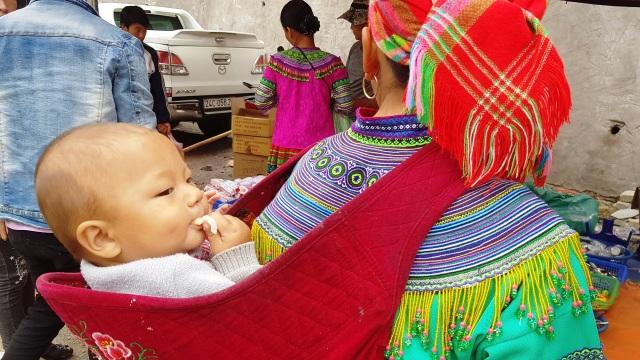 Những em bé đi chợ trên… lưng mẹ ở Bắc Hà! - 9