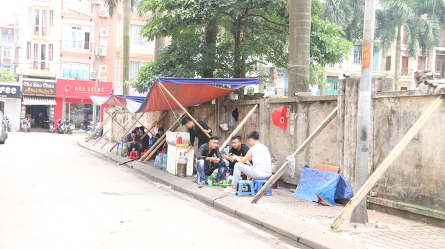 """Liều mình ngồi bán hàng dưới bức tường """"tử thần"""" ở Hà Nội - 4"""