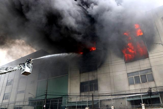 Hiện trường rực lửa vụ cháy kinh hoàng trong KCN Việt Hương - 11