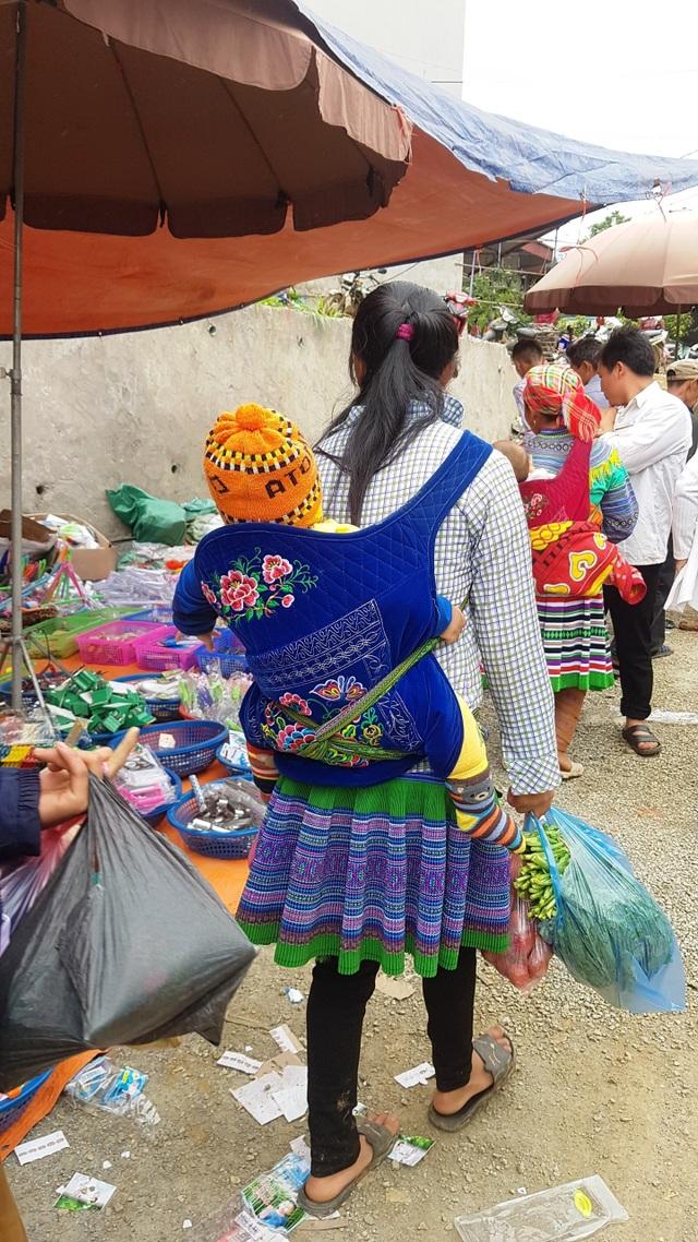 Những em bé đi chợ trên… lưng mẹ ở Bắc Hà! - 3