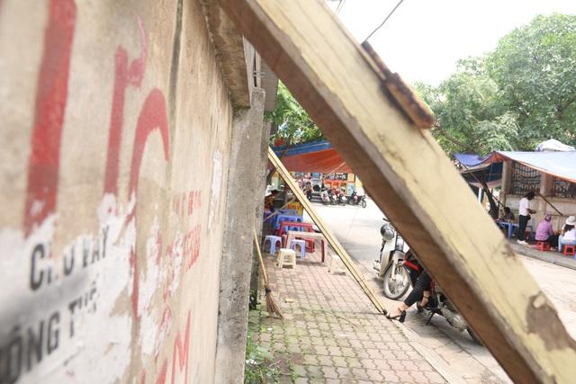 """Liều mình ngồi bán hàng dưới bức tường """"tử thần"""" ở Hà Nội - 9"""