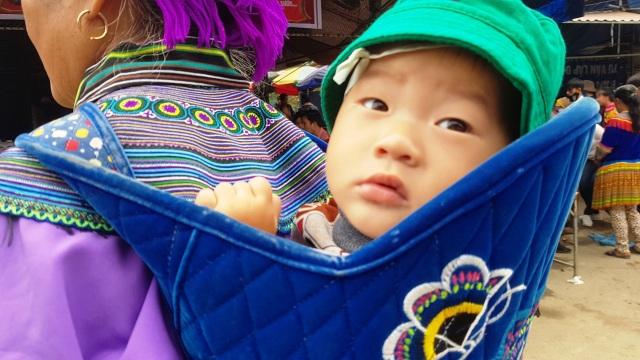 Những em bé đi chợ trên… lưng mẹ ở Bắc Hà! - 10
