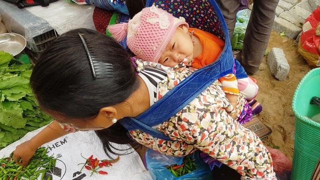 Những em bé đi chợ trên… lưng mẹ ở Bắc Hà! - 8