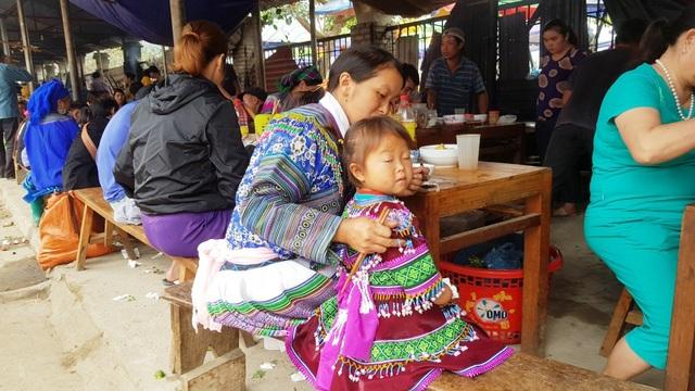 Những em bé đi chợ trên… lưng mẹ ở Bắc Hà! - 17