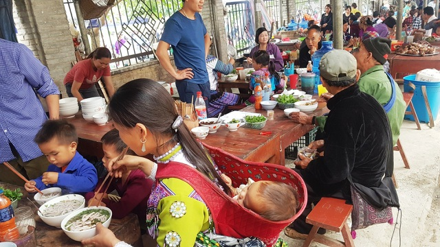 Những em bé đi chợ trên… lưng mẹ ở Bắc Hà! - 12