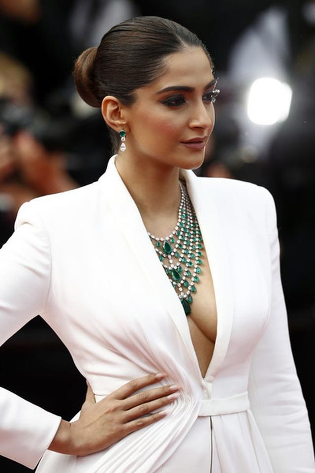Sao Ấn Độ Sonam Kapoor lấp ló ngực đầy - 2