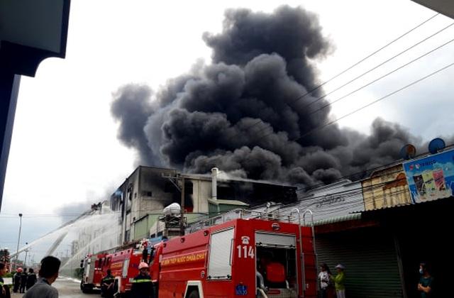 Hiện trường rực lửa vụ cháy kinh hoàng trong KCN Việt Hương - 5
