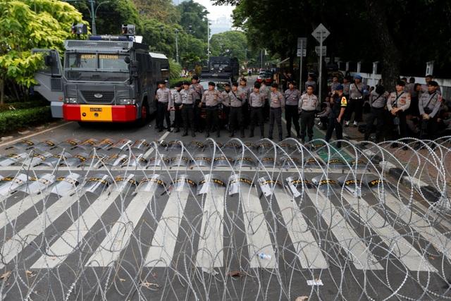 Bùng phát biểu tình phản đối kết quả bầu cử tại Indonesia, 20 người bị bắt - 10