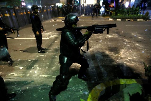 Bùng phát biểu tình phản đối kết quả bầu cử tại Indonesia, 20 người bị bắt - 14