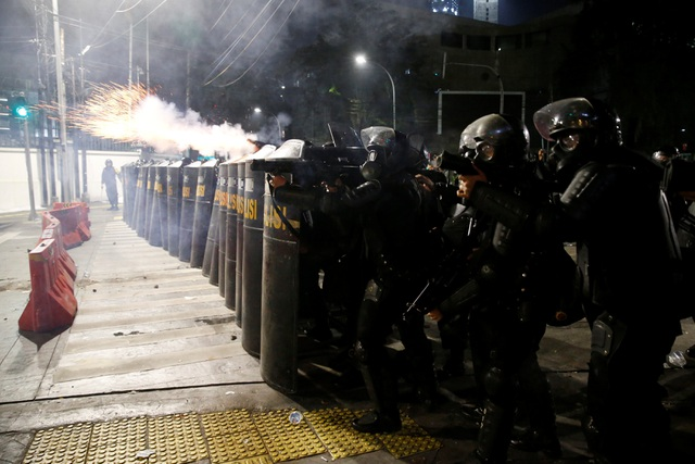 Bùng phát biểu tình phản đối kết quả bầu cử tại Indonesia, 20 người bị bắt - 12