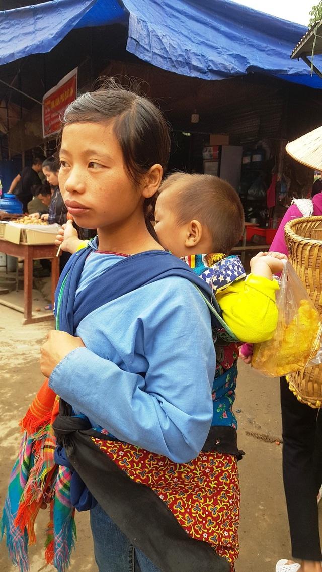 Những em bé đi chợ trên… lưng mẹ ở Bắc Hà! - 7