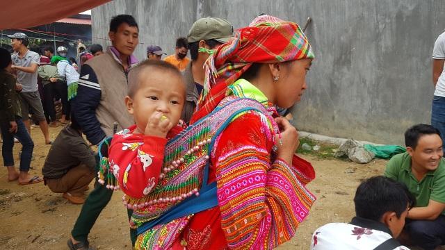 Những em bé đi chợ trên… lưng mẹ ở Bắc Hà! - 6