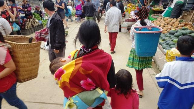 Những em bé đi chợ trên… lưng mẹ ở Bắc Hà! - 2