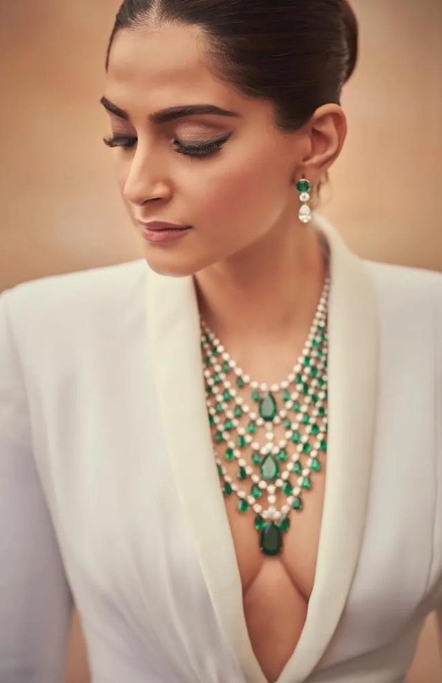 Sao Ấn Độ Sonam Kapoor lấp ló ngực đầy - 7