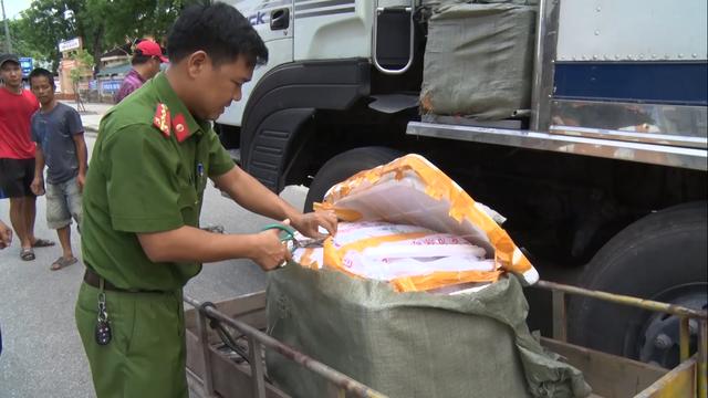 Phát hiện hàng trăm kg nội tạng và thịt lợn không rõ nguồn gốc trên xe khách - 6
