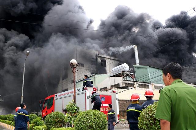 Hiện trường rực lửa vụ cháy kinh hoàng trong KCN Việt Hương - 10