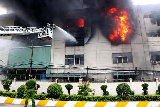 Hiện trường rực lửa vụ cháy kinh hoàng trong KCN Việt Hương - 6