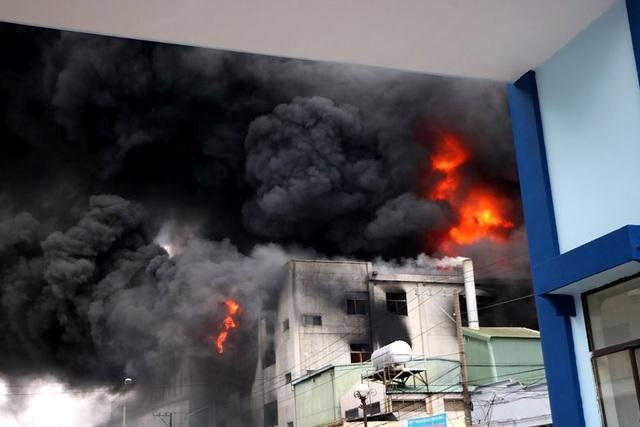 Hiện trường rực lửa vụ cháy kinh hoàng trong KCN Việt Hương - 3