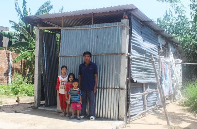 Vợ bỏ đi, người cha mắc bệnh lao nuôi 3 con thơ dại trong nhà tạm rách nát - 1