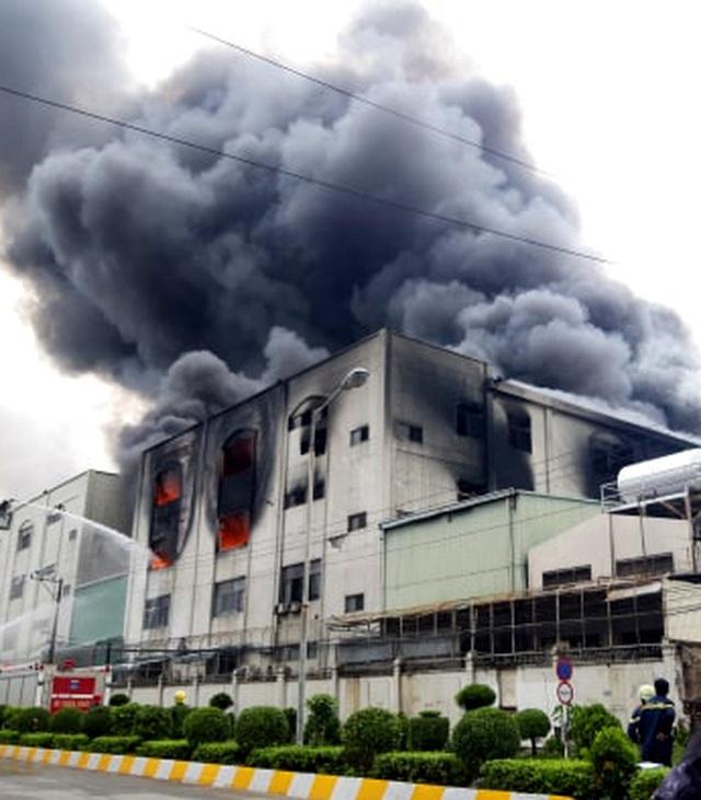 Hiện trường rực lửa vụ cháy kinh hoàng trong KCN Việt Hương - 12
