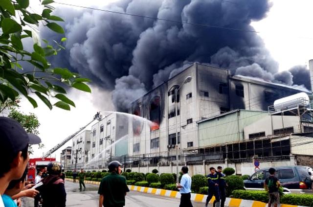 Hiện trường rực lửa vụ cháy kinh hoàng trong KCN Việt Hương - 4