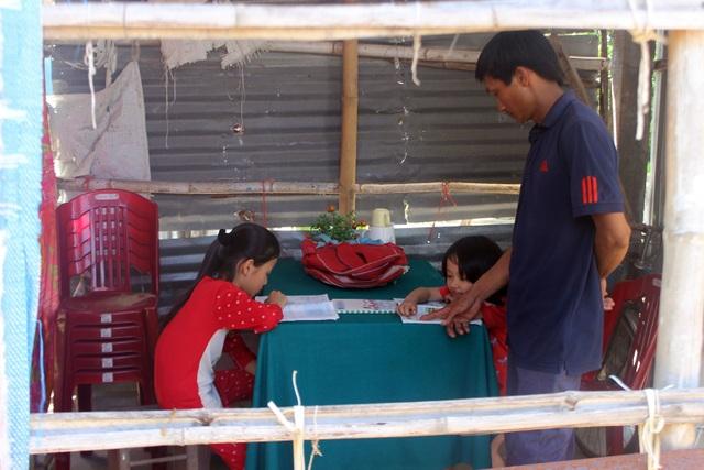 Vợ bỏ đi, người cha mắc bệnh lao nuôi 3 con thơ dại trong nhà tạm rách nát - 6