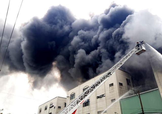 Hiện trường rực lửa vụ cháy kinh hoàng trong KCN Việt Hương - 9